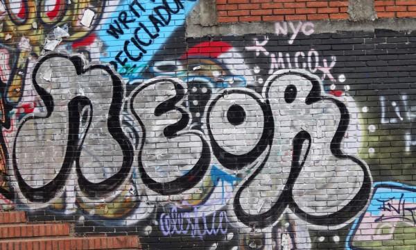 """③グラフィティ・タイプのストリート・アート。MICOのサインが見えるが、地下鉄ペインティングのパイオニアとして知られる彼は、1969年にニューヨークに移住したコロンビア人である。これはMICOがコロンビアに凱旋して、地元のアーティストとコラボレートしたときのもの(""""neon""""は上から新しく書かれたものでMICOのライティングではない)"""