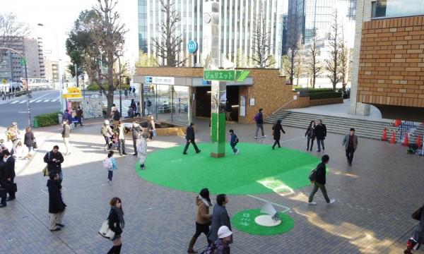 多くの通行人が行き交う御茶ノ水駅前広場