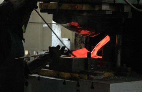 地元の鋳物工場でシャベルに鋳造