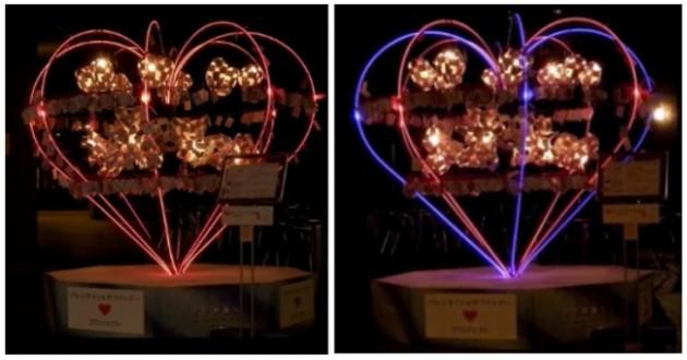 左)2月2日~2月14日、バレンタインデー期間の、赤い色光によるライティング。フレーム内部のオブジェの光は、心臓(Heart)の鼓動のように、ゆっくりと明滅する。ハート型フレームのライン状の光は、4つの「♥」のアウトラインにより構成され、全期間を通じて、「♥」が、1ライン点灯(ひとつの「♥」ラインが光る)、チェイス(ひとつの「♥」ラインが回転するように光る)、全点灯明滅(4つの「♥」ラインが全体で光り、ゆっくり明滅する)という発光パターンの組み合わせで、「シーン」が演出された。 右)2月15日~3月14日、ホワイトデー期間の、青と赤の色光によるライティング。ハート型フレームのライン状の光は、特殊な樹脂製導光棒に、LEDライトの光を当て、「面発光」の光のラインを作り出している。また、プロジェクト期間中、公開空地の作品周辺、および、「お茶の水サンクレール」の通路エリアには、作曲家、高木潤氏によるオリジナルの音楽が流れ、「光と音が響き合う環境」がつくられた。