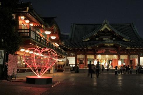 神田明神に奉納された「ハートフレーム」の基調色光:朱赤。 「♥」の赤でありながらも、神社建築の基本伝統色に馴染む色調である。