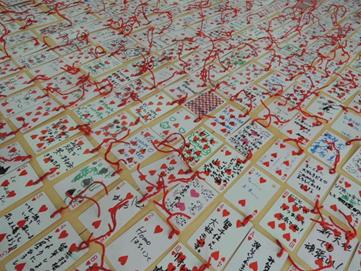 プロジェクト終了後、回収され、NPO法人アート&ソサイエティ研究センターにて一時保管されたトランプのメッセージカード。約1500枚ものメッセージが集まった。