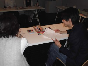 4)質問シートに基づき、ペア同士で互いにインタビューを実施した。