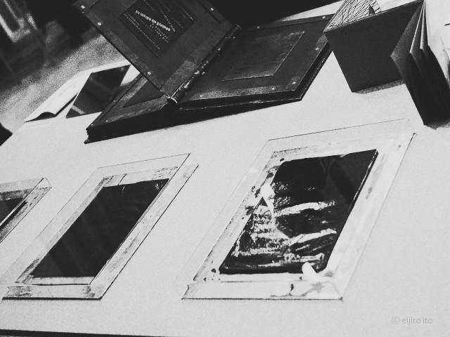 版画の原盤を貼付けた鉄の本とトレースした痕の残るカーボン紙の標本オブジェ
