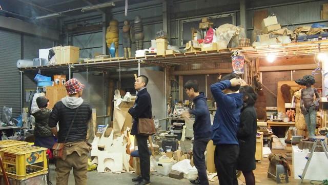 「pimp studio」にて。自動車修理工場を改装したスタジオで、現在11人のメンバーが集う。